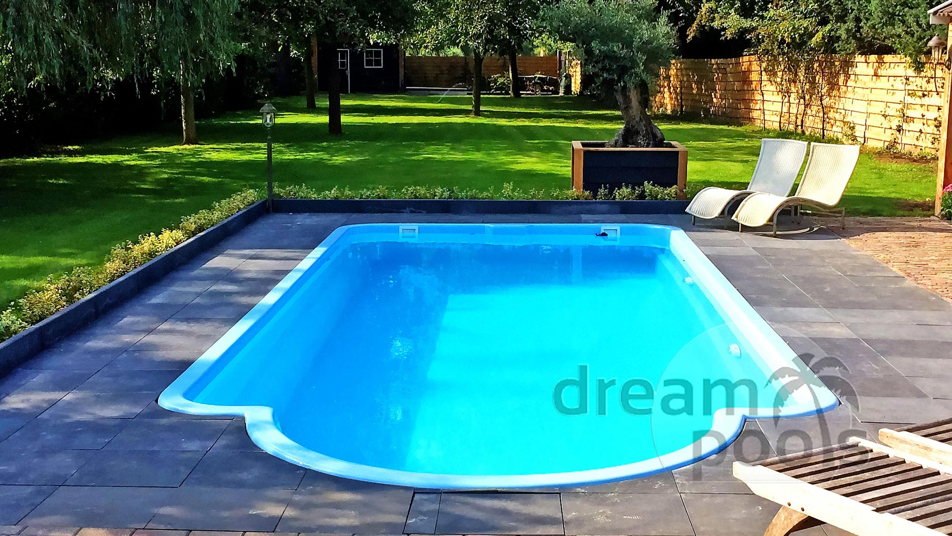 Piscine en polyester piscine coque polyester amazonite 2 for Piscine coque polyester